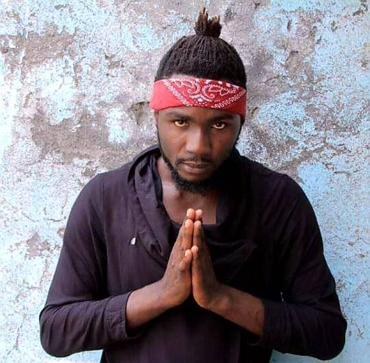 Fimbokali Mtulivu l'homme à double ou triple casquette !