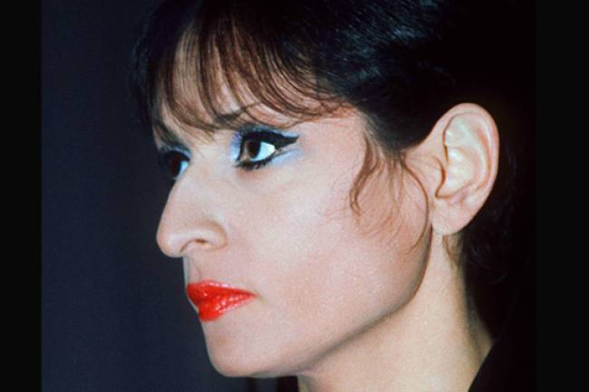 Il était une fois Barbara La dame en noir, La Longue dame brune ou La chanteuse de minuit