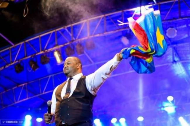 Le concert réussi de Moïse Mbiye au Shark Club : un événement inoubliable !