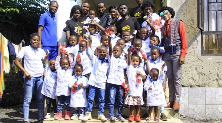 Francis Kwiraviwe et son équipe ActuStars font un geste à un orphelinat de Goma
