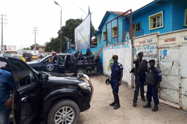 À KINSHASA DES POLICIERS DÉPLOYÉS AU SIÈGE DU MLC EMPÊCHENT LE MEETING DE MARTIN FAYULU