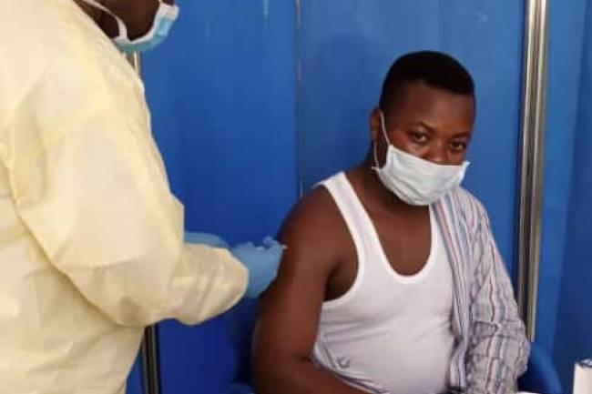 Vacciné contre la Covid-19, Justin Tsumbira demande aux jeunes de suivre son exemple